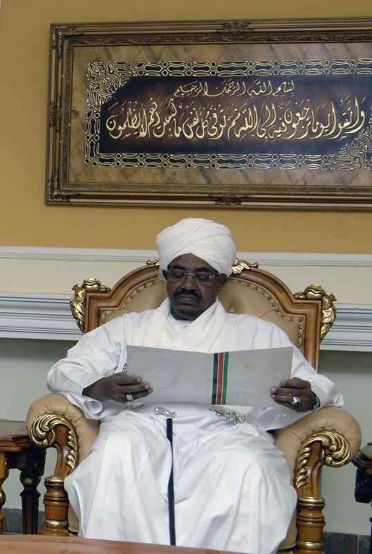 Al-Bashir receives written message from Emir of Qatar